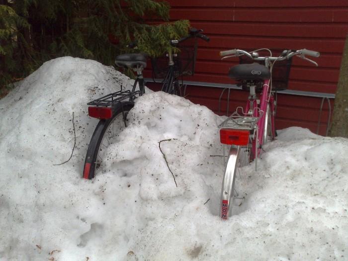Skarpnäck, översnöade cyklar