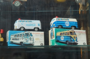 Gamla leksaksbilar (skyltfönster Odengatan)