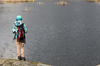 Ågestasjön, sonen spanar efter fåglar